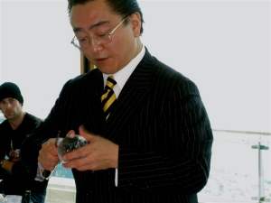 "Hidetsugo Ueno, carving ""Diamond Ice"""